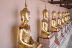 De oro de las estatuas de Buda en la adoración de Wat Thai Temple Foto de archivo