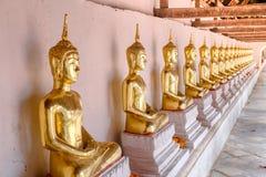 De oro de las estatuas de Buda en la adoración de Wat Thai Temple Imágenes de archivo libres de regalías