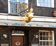 De oro syren las insignias en la puerta de un restaurante del fisf en Nyhavn Imagen de archivo