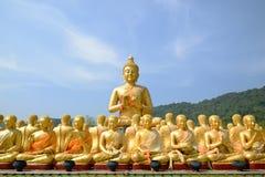 De oro y mil grandes de las estatuas de oro de Buda Imagen de archivo libre de regalías