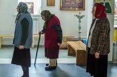 De orthodoxe dienst in één van de tempels van Kaluga-gebied (Rusland) 25 Maart 2016 Stock Afbeeldingen