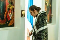 De orthodoxe dienst in één van de tempels van Kaluga-gebied (Rusland) 25 Maart 2016 Royalty-vrije Stock Afbeeldingen