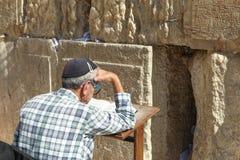 De orthodoxe Joodse Mens bidt bij de westelijke muur Stock Foto