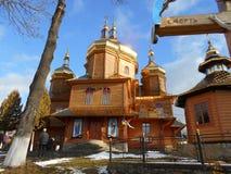 De Orthodoxe Kerk in het dorp is houten in de zonneschijn binnen royalty-vrije stock foto