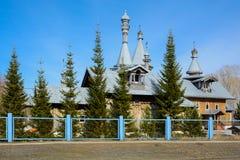 De Orthodoxe Kerk in het Siberische dorp stock foto's