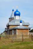 De Orthodoxe Kerk in het Siberische dorp royalty-vrije stock afbeeldingen
