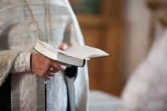 De orthodoxe priester leest een gebed royalty-vrije stock fotografie