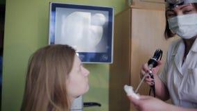 De Otolaryngoloog produceert laryngoscopiepatiënt stock footage