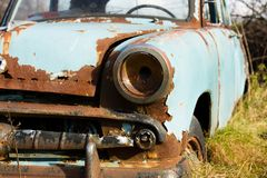 De oud, roestig voorzijde van het autowrak en lampdetail stock afbeeldingen