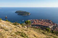 De Oud Stad van Dubrovnik en Lokrum-Eiland van hierboven Royalty-vrije Stock Foto's