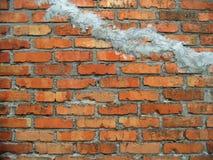 De oude achtergrond van de barstbakstenen muur De bouwtextuur Rode bakstenen muurachtergronden stock fotografie