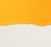 De oude achtergrond van de canvastextuur met gevoelig strepenpatroon en oranje wijnoogst gescheurd document Stock Fotografie