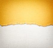 De oude achtergrond van de canvastextuur met gevoelig strepenpatroon en oranje wijnoogst gescheurd document Stock Afbeelding