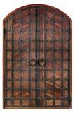 De oude antieke houten deuren zijn behandeld met smeedijzerrooster en dwarsbars Stock Afbeelding