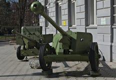 De oude antitank kanonnen herstelden hersteld en op vertoning Stock Fotografie
