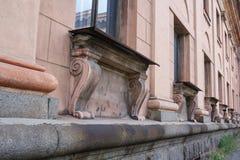 De oude architecturale bouw met een mooie steun royalty-vrije stock afbeeldingen