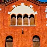 in de oude architectuur van Europa Italië Milaan en jaloeziemuur Stock Foto