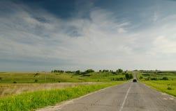 De oude asfaltweg op het gebied Royalty-vrije Stock Foto's