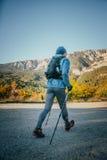 De oude atleet stelt marathon met wandelstokken in werking Stock Fotografie