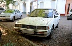 De oude auto in de herfst Stock Afbeelding