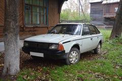De oude auto in de herfst stock fotografie