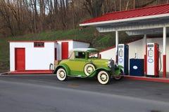 De oude auto die van 1930 gas krijgt Royalty-vrije Stock Afbeelding