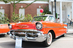 De oude auto van Chevrolet Bel Air bij de auto toont Royalty-vrije Stock Foto's