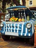 De oude auto wordt gebruikt als bar voor de dranken van het de zomerfruit Stock Afbeeldingen