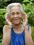 De oude Aziatische vrouw van het portret met gebaren stock foto's