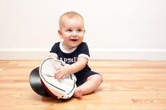 De oude baby van negen maanden in marineblauw en wit Stock Fotografie