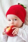 De oude baby van zeven maanden met appelen Royalty-vrije Stock Afbeeldingen