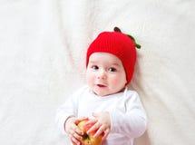 De oude baby van zeven maanden met appelen Royalty-vrije Stock Foto
