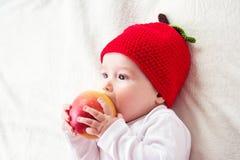 De oude baby van zeven maanden met appelen Royalty-vrije Stock Afbeelding