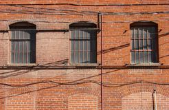 De oude baksteenbouw en vensters Royalty-vrije Stock Foto