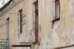 De oude baksteenbouw met vensters Stock Fotografie