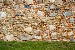 De oude baksteentexturen van het Livonia-Ordekasteel werden gebouwd in het midden van de 15de eeuw Bauska Letland Stock Afbeelding