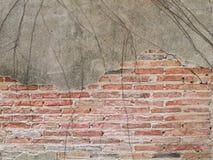 De oude bakstenen muur in antiquiteit en was beschadigd stock fotografie