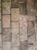 De oude bakstenen muur in antiquiteit en was beschadigd royalty-vrije stock foto's