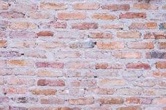 De oude bakstenen muur in antiquiteit en was beschadigd tegen de tijd dat tot het mortier viel stock afbeelding