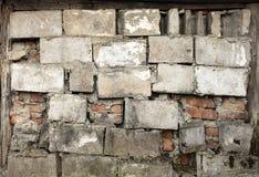 De oude bakstenen muur van een rode baksteen met barsten, bakstenen zette op cement stock afbeeldingen