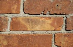 De oude bakstenen muur van een rode baksteen met barsten, bakstenen zette op cement stock foto