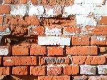 De oude bakstenen muur wordt gemaakt van rode bakstenen royalty-vrije stock afbeelding