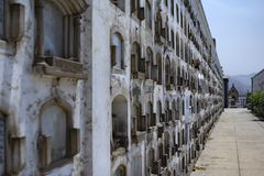 De oude begraafplaats van Presbiteroma?stro's in Lima Muur van graven stock foto
