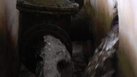 De oude behandelings van afvalwaterinstallatie Roestige kleppen stock videobeelden