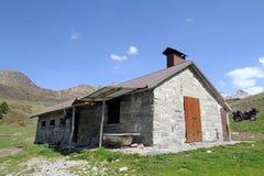 De oude berghut in Italië Stock Afbeeldingen