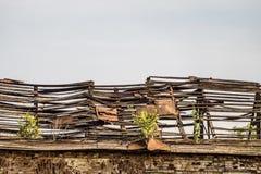 De oude beschadigde dakspar dak verlaten dilapidated bouw royalty-vrije stock afbeelding