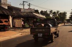 De oude Bestelwagen draagt Grote Metaalvaten onderaan Lege Straat Stock Fotografie
