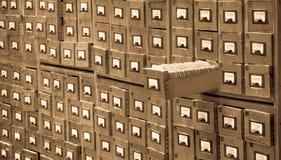 De oude bibliotheek of archiefverwijzingscatalogus met één opende kaartlade Gegevensbestand en het concept van de kenniscatalogus Stock Foto's