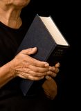 De oude bijbel van de vrouwenholding royalty-vrije stock foto's