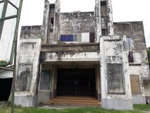 De oude bioscoop werd verlaten stock foto
